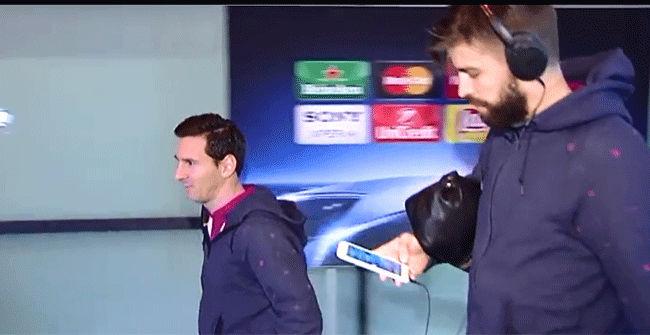Piqué llegó a Barcelona contestando a sus seguidores