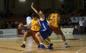 Raimon Carrasco (6) intenta aprovechar un bloqueo de Atoumane Diagne (12)
