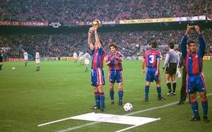 Stoichkov ofreció en Balón de Oro 1994 a la afición en los prolegómenos del FC Barcelona-Betis del 21 de diciembre de 1994. A su lado, Romario, ganador del Onze de Oro, también dedicó su reconocimiento a los espectadores que esa noche acudieron al co