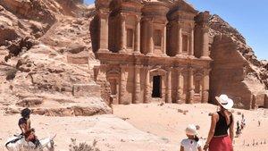 Tres turistas hispanohablantes y su guía, apuñalados en Jordania