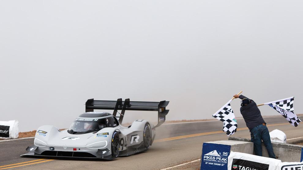 El Volkswagen I.D. R Pikes Peak y Dumas cruzan la meta, estableciendo un nuevo récord.