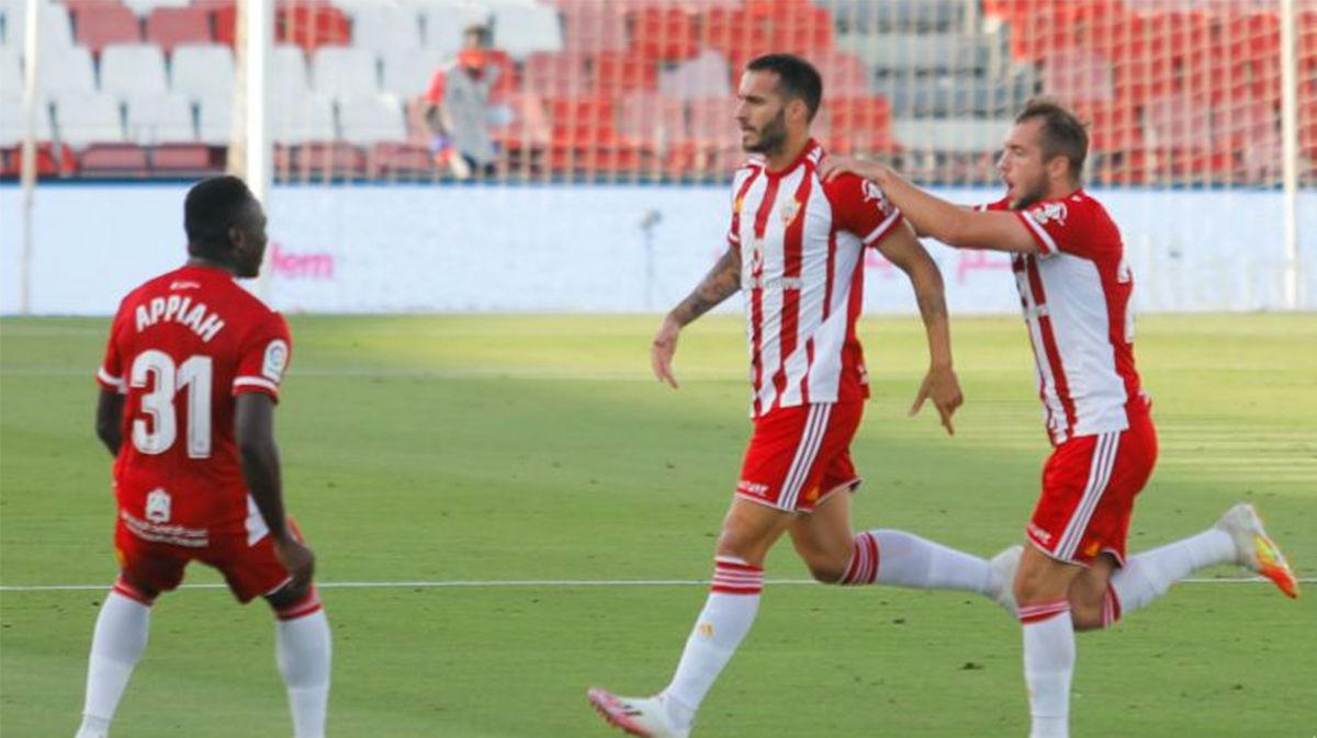 El Almería se hace fuerte en casa y vence al Rayo Vallecano (3-2)