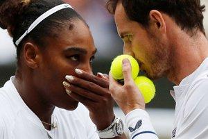 Andy Murray (R) y Serena Williams (L) hablan entre los puntos durante su partido de segunda ronda de dobles mixtos el día ocho del Campeonato de Wimbledon 2019 en The All England Lawn Tennis Club en Wimbledon al sudoeste de Londres.