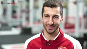 El armenio Mkhitaryan ya posa con la casaca del Arsenal