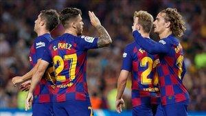 Carles Pérez y Griezmann, los autores de los tres primeros goles, se felicitan