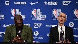 El comisionado Adam Silver junto a Michael Jordan, dueño de los Charlotte Bobcats