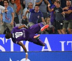 El delantero ghanés de la Fiorentina Kevin-Prince Boateng realiza un salto mientras celebra después de anotar durante el partido de fútbol de la Serie A italiana Fiorentina vs Napoli en el estadio Artemio-Franchi en Florencia.