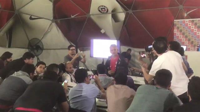 La extravagante rueda de prensa del técnico de Chile
