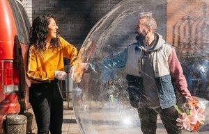 La historia de amor que incluye un dron y una burbuja de plástico ha revolucionado las redes
