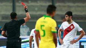 Julio Bacuñán señaló dos penaltis a favor de Brasil y mostró dos rojas a la selección peruana
