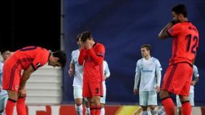 Los jugadores de la Real lamentan la derrota ante el Zenit