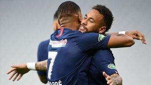 Neymar y Mbappé se abrazan tras la consecución del 1-0