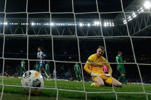 El portero búlgaro de Ludogorets Razgrad, Plamen Iliev, reacciona después de un gol anotado por el centrocampista argentino del Espanyol Matias Vargas durante el partido de fútbol del Grupo H de la UEFA Europa League entre Espanyol y Ludogorets Razg