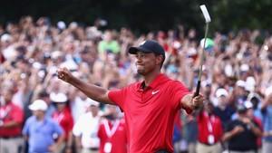 Tiger celebra la victoria en el tee del 18 tras imponerse en el Tour Championship