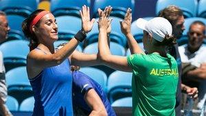 Caroline Garcia y Ash Barty se saludan tras uno de los entrenamientos