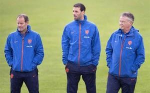 Danny Blind (izquierda) toma el relevo de Guus Hiddink (derecha) al frente de la selección de Holanda