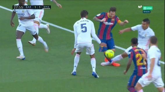 La entrada de Casemiro a Messi dentro del área que el árbitro no quiso revisar
