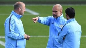Guardiola con sus colaboradores preparando el partido ante el Cardiff