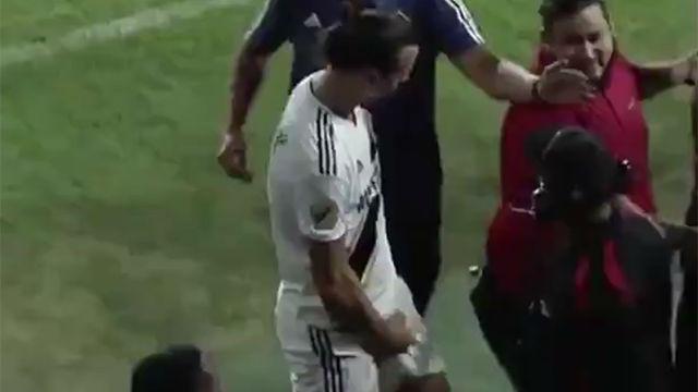 A Ibrahimovic no le sienta nada bien perder: vea el feo gesto del delantero hacia los aficionados