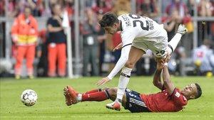 Kai Havertz, del Bayer Leverkusen, lucha un balón con el exazulgrana Thiago