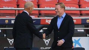 Koeman saluda a Zidane antes del partido