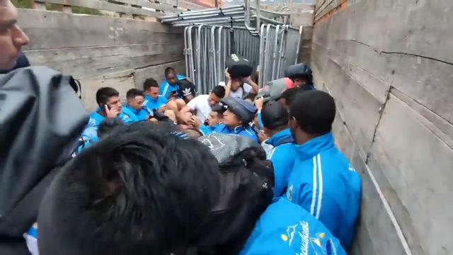 Los jugadores del Deportivo Llacuabamba abandonaron el estadio en un caminón policial
