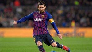 Messi tirando una falta en la Champions League