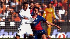 Pablo Insua luchando un balón dividido ante el Valencia