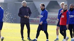 Quique Setién, con Leo Messi y sus compañeros