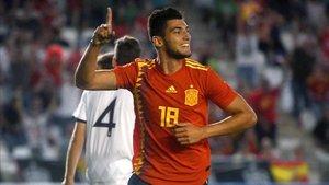 Rafa Mir celebra un gol con La Rojita ante Albania