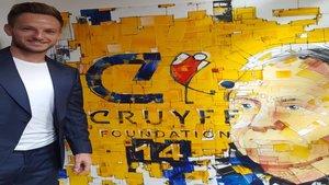 Rakitic junto al mural de la fundación Johan Cruyff