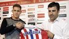 Sanabria junto al director deportivo del Sporting de Gijón, Nico Rodríguez
