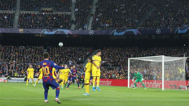 Solo el palo evitó otro gol imposible de Leo Messi