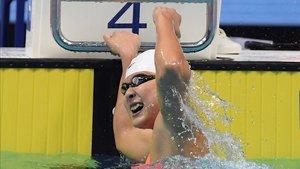 Wang Jianjiahe celebra su victoria en la final femenina de 400 libre en la Copa del Mundo