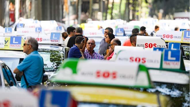 Las autoescuelas se manifiestan en Barcelona por la falta de examinadores