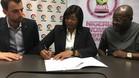 Aisha Falode y Javier del Río en la firma del acuerdo.