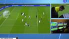El árbitro consultó el VAR para anular el gol de Casemiro