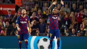 Arturo Vidal celebra el gol con la grada del Camp Nou