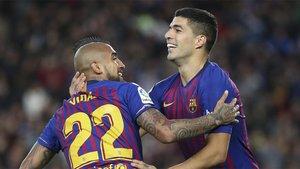 Arturo Vidal y Luis Suárez celebran un gol del Barça frente al Real Madrid de la Liga 2018/19