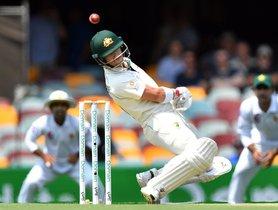 El bateador de Australia, David Warner, evita una lanzamiento del Shaman Afridi de Pakistán en el segundo día del primer partido de cricket de prueba entre Pakistán y Australia en el Gabba.