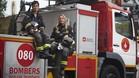Paula y Gemma, sobre un camión en el parque de bomberos de Sant Andreu