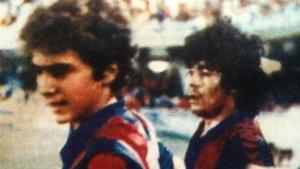 Diego Armando Maradona y Guillermo Amor, en el partido inaugural del Miniestadi el 23 de septiembre de 1982