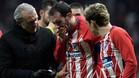 Diego Godín tuvo que ser atendido tras el choque con el portero rival