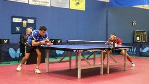 Diogo Dos Santos disputando un partido de la liga regular de tenis de mesa