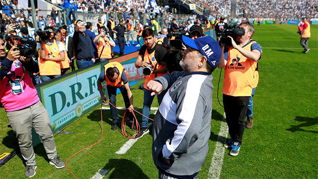 El espectacular recibimiento a Maradona en su primer partido con Gimnasia y Esgrima La Plata
