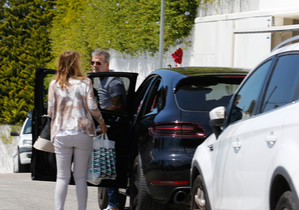 Gerard Piqué llegó a casa acompañado de sus padres