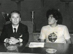 Maradona, el genio futbolístico de los años ochenta firmó por el Barça. Lo hizo rodeado por una enorme expectación, en una ceremonia que pareció la proclamación de un monarca