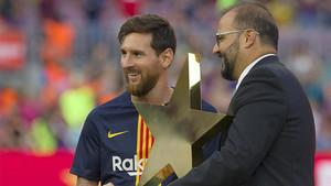 Messi recibió el premio Estrella Damm de manos del jefe de patrocinio de la marca, Jofre Riera