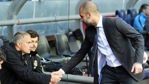 Mourinho y Guardiola se saludan antes de un clásico