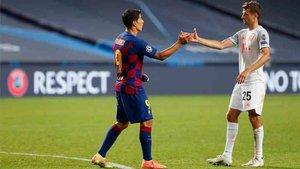 Muller saluda a Luis Suárez tras el partido